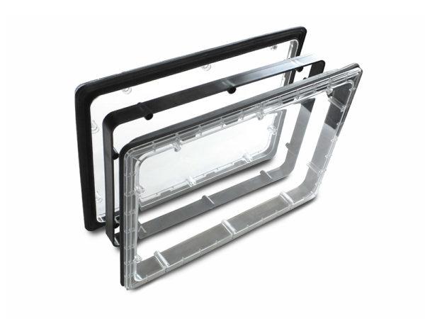 Панель иллюминатора с уплотнителем и отверстиями для крепежных шурупов.